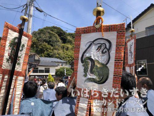 神輿の隊列に四神の鉾<br>竜、亀(亀に蛇が巻き付いている)が通り過ぎます。