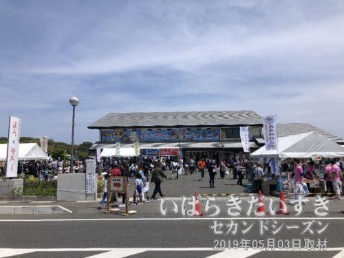 漁業歴史資料館 よう・そろー<br>「北茨城物産展」が催されています。御船祭以外のときに、神船が展示されている施設です。