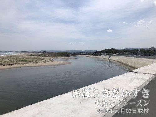 大北川河口 堤防工事中<br>東日本大震災復興事業として、河川の堤防を高くする工事を行っています。