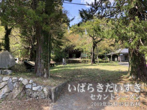 花園神社への道を進むと、右手に御仮屋があります。