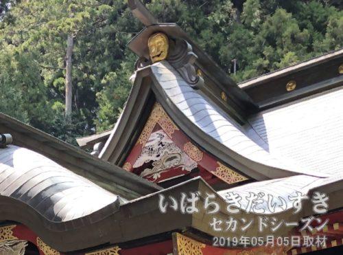 の使いが神猿(まさる)のことから屋根には正面、東、西を猿面が護ります。
