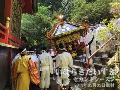 拝殿の裏では、神輿が神殿に向かい儀式を行っています。神様を神輿に移しているのでしょう。