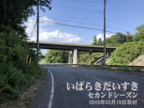 北関東自動車道をくぐる。