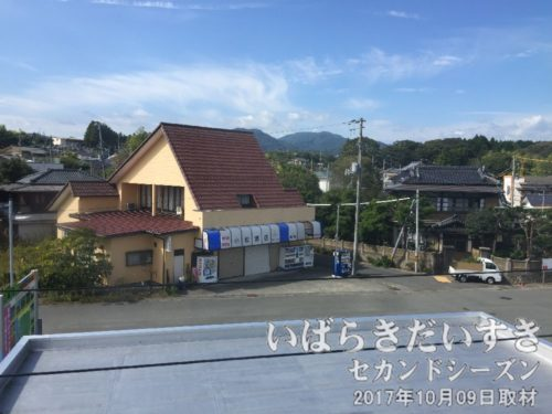 跨線橋から竜田駅駅前を望む