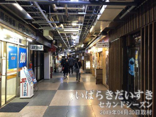 銀座線 浅草駅の地下商店街<br>外国人観光客でASAKUSAが大きく変わっていくのに、この地下街だけは変わらない。おそらく、土地の権利(地権)が複雑に絡み合っているのだろう。