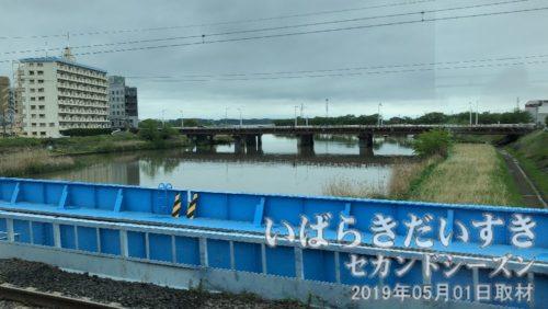まもなく土浦駅<br>橋の下に流れるは、土浦全国花火競技大会会場の桜川。