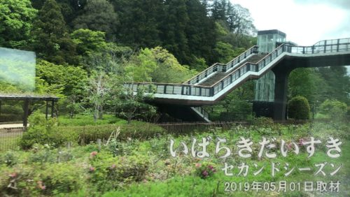 まもなく水戸駅<br>進行方向左手には、偕楽園の斜面が見えます。