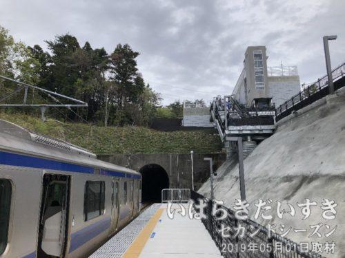 常磐線 新駅 Jヴレッジ駅到着<br>山の谷間に造られたようなホーム。駅舎は山の上(峠?)に造られています。