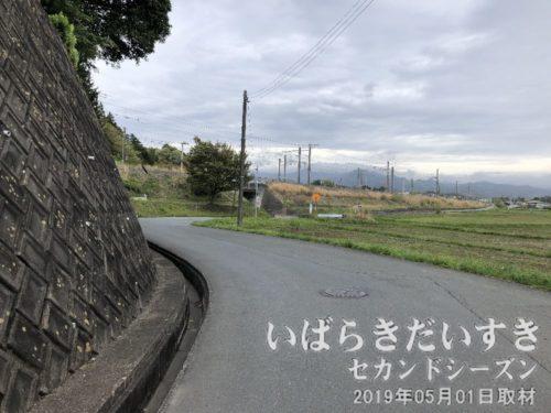 一般裏の坂道を下りて北上します<br>北上すると、常磐線木戸駅がもうすぐ。