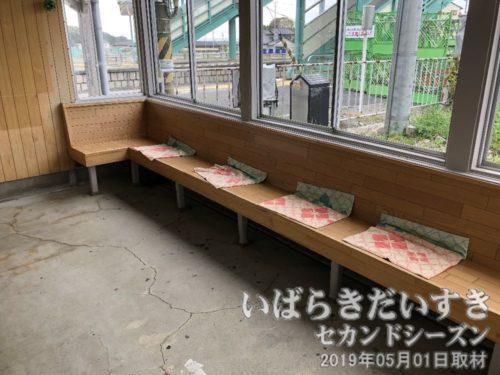 竜田駅 駅舎内 待合室 ベンチ