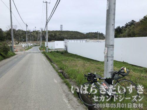 写真奥の木々の奥に煙突が見える<br>あの煙突が、「福島第二原子力発電所」です。