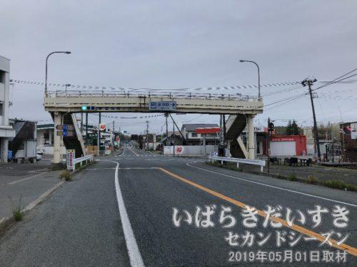 陸橋には「富岡駅→」のパネル。