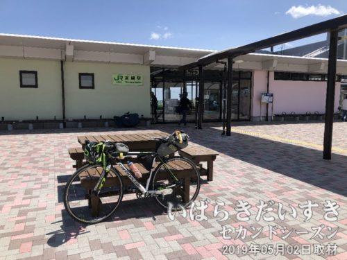 常磐線 富岡駅とガンキャノンデール<br>旧来の富岡駅の駅舎は津波で流されてしまい、新しい駅舎は100メートル北の位置に建てられました。