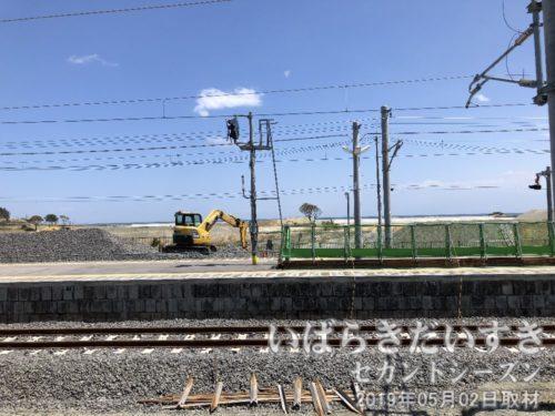 富岡駅ホームにて<br>海岸まで500メートルほどの距離。平地が続くため、津波をまともに受けてしまいました。