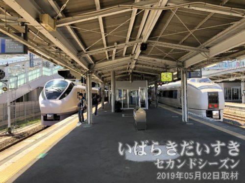 常磐線 いわき駅ホーム 新旧特急列車<br>向かって左が新型特急E657系。右が651系。
