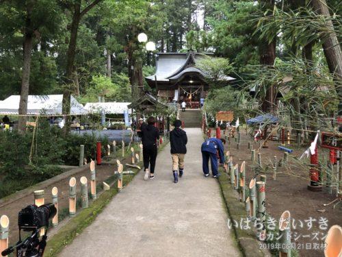下野宮 近津神社参道には、竹のオブジェが。