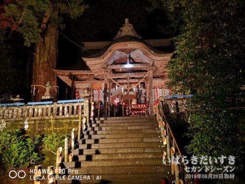 ライトアップされる、下野宮 近津神社 拝殿。