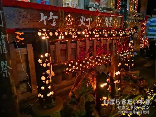 拝殿前には神々しい「竹灯籠」のオプジェ。