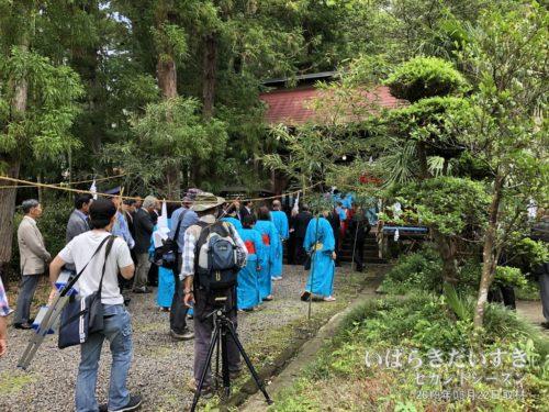 近津神社 参道にはカメラマンや早乙女たち。