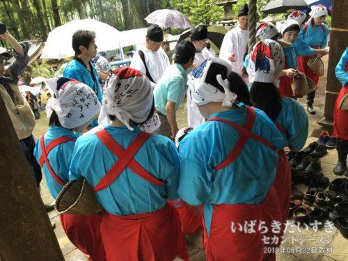 雨が強くなったので、拝殿内に入る早乙女たち。