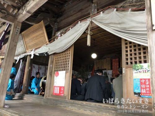 近津神社拝殿内で祝詞奏上、田植歌奉納。