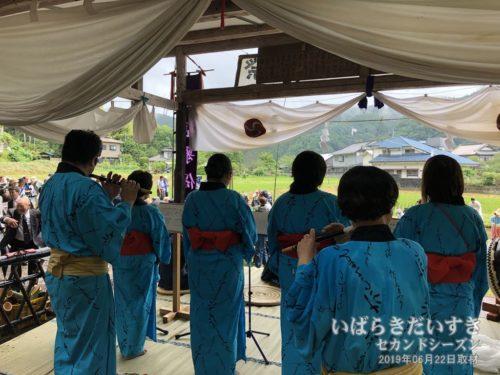 田植歌保存会による、田植歌の演奏と歌唱。