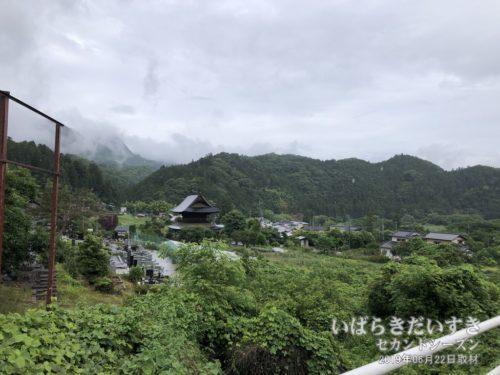 国道118号を水戸方面へ下りてくると、長福寺はこう見える。