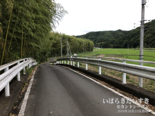 岩崎堰を通り抜けると、田園が広がる。