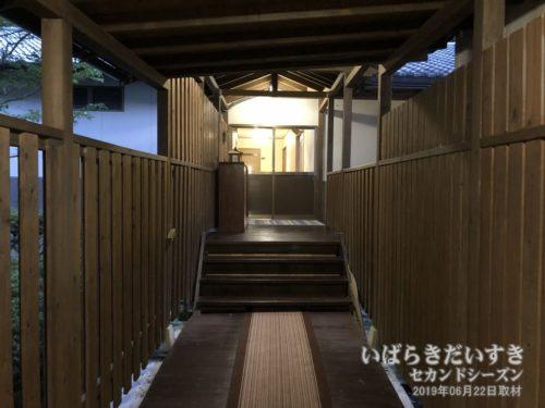 客室館と大浴場をつなぐ廊下。