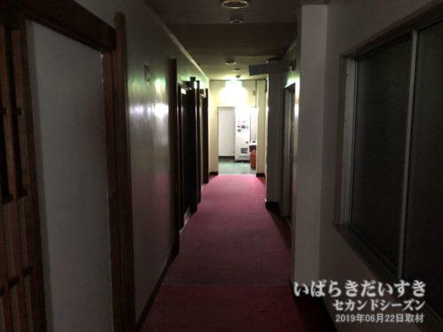 赤く長い廊下。他に人が居ないから、消灯しています。