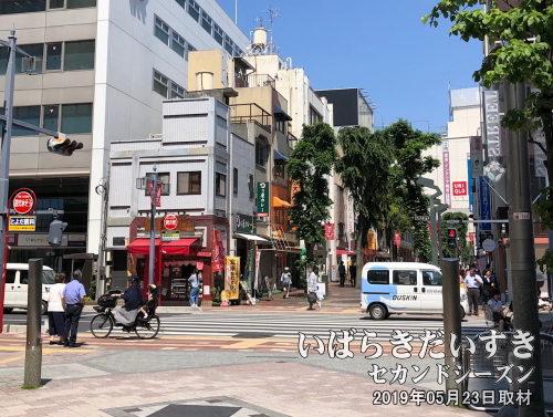 浦和西口娘娘〔さいたま市浦和区高砂〕<br>さくらそう通りを埼玉県庁から浦和駅/伊勢丹方面に見た絵。左の赤いちいさな建物の1階に、浦和西口娘娘はありました。