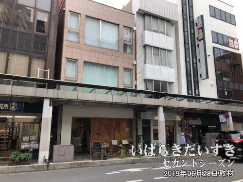 元祖北浦和娘々があった場所<br>北浦和駅東口の駅前通りをまっすぐ進んだ左側(写真)。美容院が入っている建物1階にありました。