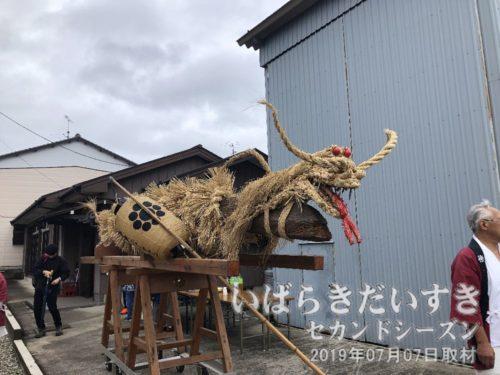 徳満寺の太刀<br>藁でこしらえた竜の部分に目が行きがちですが、お祭り「太刀祭」の趣旨から考えると、太刀(=でかい木刀)部分が重要となります。この太刀が、徳満寺の屋根裏から出てきた、という言い伝えです。