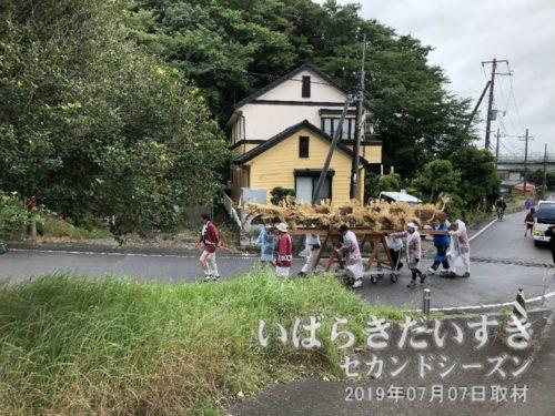 一行は、徳満寺を右回りで上っていきます。