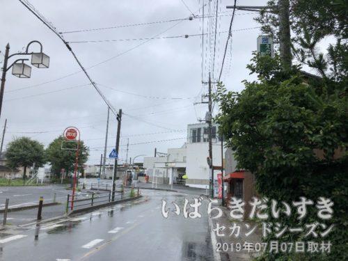 布佐駅に戻る<br>利根川を渡ると、こちらは千葉県側。道路を挟んだ遠くに、お囃子を奏でる山車が見えたのですが、電車の時間があるため駅に向かいます。