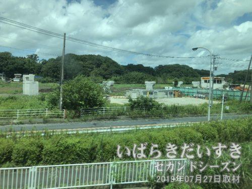 国道6号バイパスを作っています<br>常磐線佐貫→牛久駅間左手には、国道6号バイパスの工事現場が見えます。