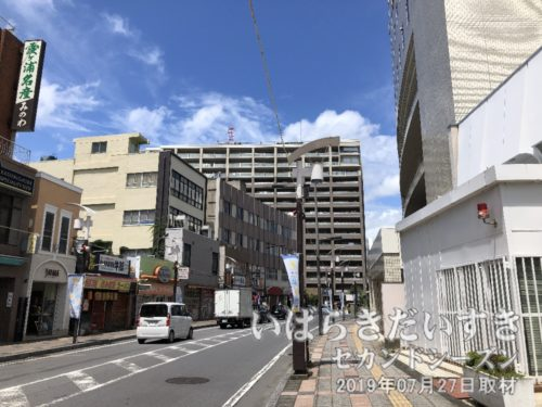 土浦駅西口から目抜き通りを進みます。