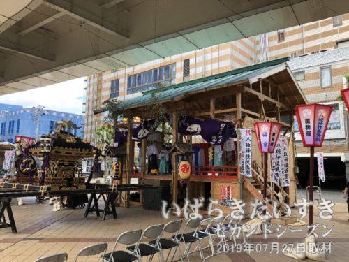 土浦八坂神社 御仮屋<br> 土浦ニューウェイ(土浦高架道)下の旧祇園町の場所には、土浦八坂神社の御仮屋が設置されています。
