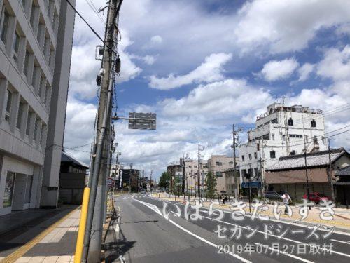 土浦中央通り商店街<br>右手に軒を連ねていたお店が更地になり、遊歩道のように整備されました。
