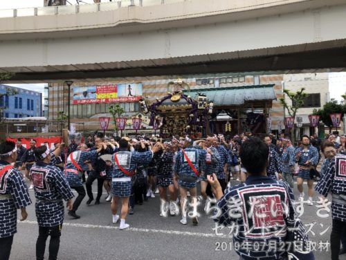 三本締めの後、八坂神社の神輿が担ぎ出されます。