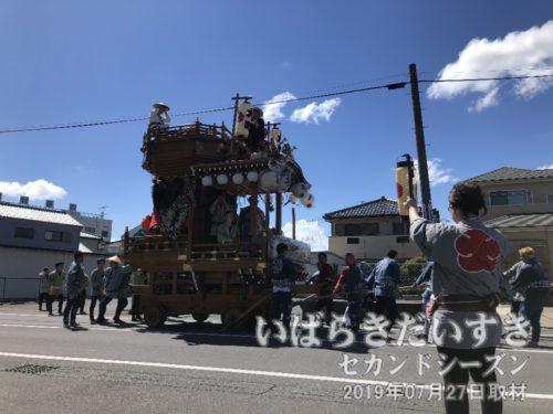 大町の山車<br>桜川よりの大町にて、大町の山車と遭遇しました。