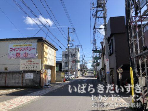 桜町方面から風に乗ってお囃子が聞こえる。