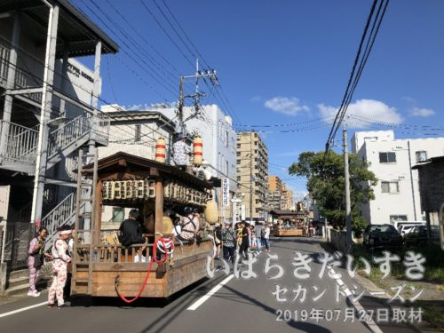 富士崎町に入ると、お囃子を奏でる屋台に遭遇!