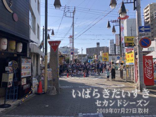 御輿集団は駅前大和町まで進んでいます。