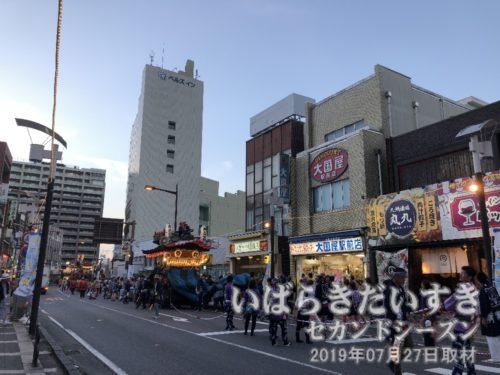 土浦駅前に桜町一丁目の山車が入ってくる。
