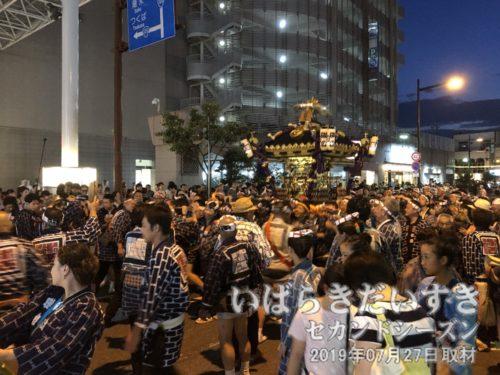八坂神社の神輿が山車たちの中央に収まります。