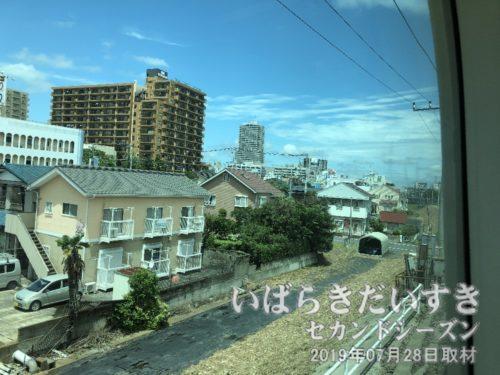 下り常磐線は土浦駅へ。土浦市街地が見える。