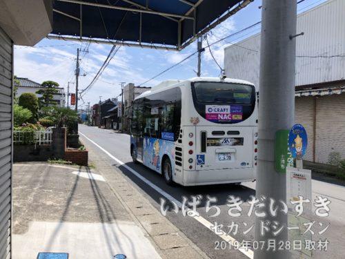 キララちゃんバスは、バス停「真鍋宿通り」に到着。