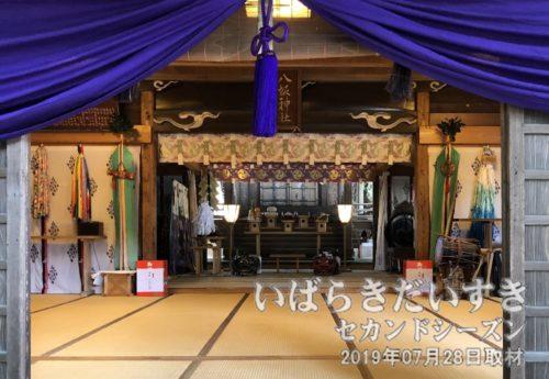 拝殿内にふたつの獅子頭が置かれています。
