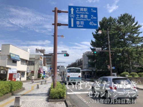 バス停亀城公園前。桜町の山車がやってきます。